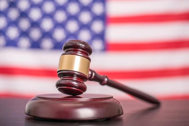 アメリカ国旗付きの罰判決ガベル材。