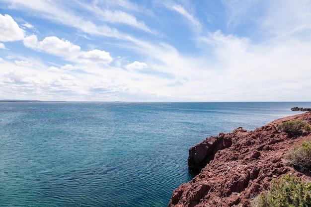 Дневной вид на пляж пунта томбо, пейзаж патагонии, аргентина