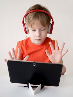 Ученик считает пальцами и показывает на веб-камеру