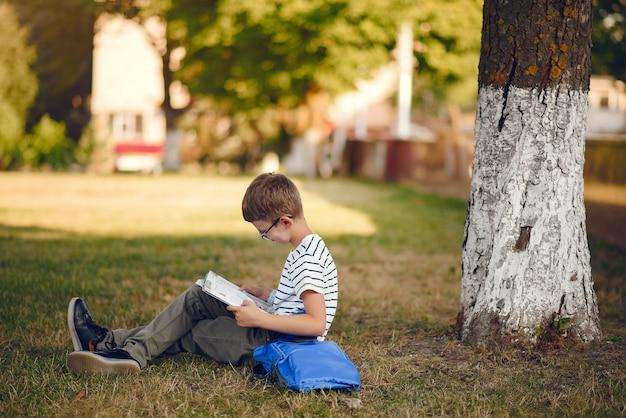 Ученик проводит время в школьном дворе
