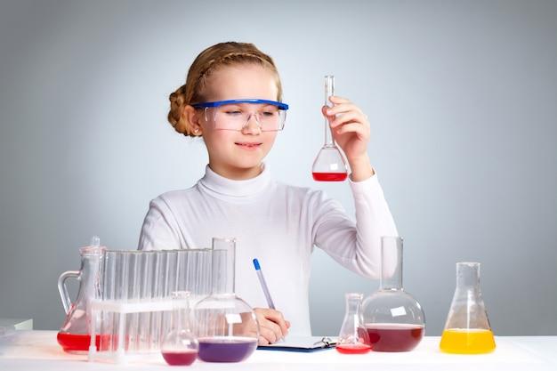 学校で化学を勉強瞳