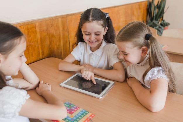 教室でタブレットを使用している生徒