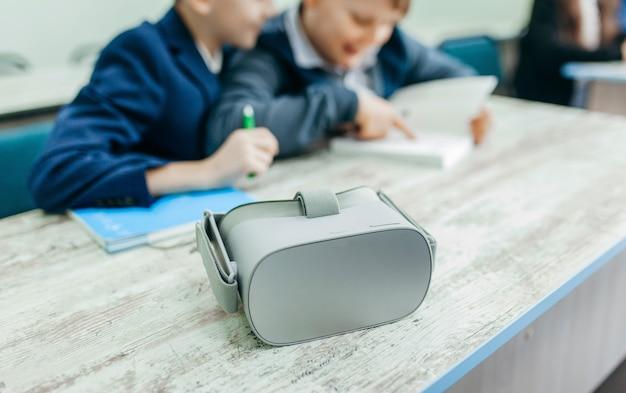 学校でvrメガネをかけた生徒