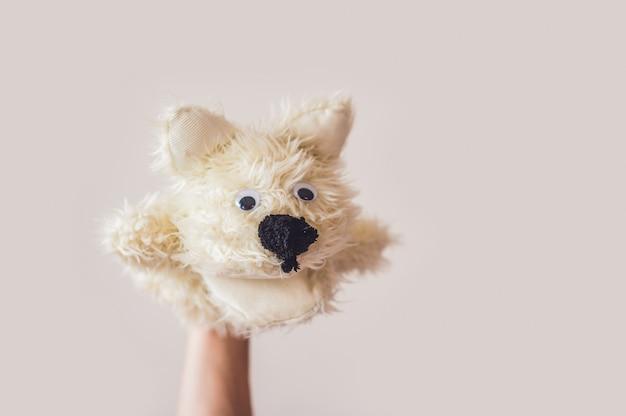 灰色の背景上の人形劇犬