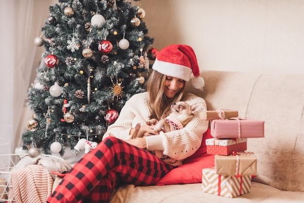 Щенок спит с женщиной на рождество