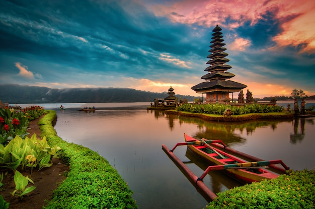 Pura ulun danu bratan, индусский висок с шлюпкой на ландшафте озера bratan на восходе солнца в бали, индонезии.