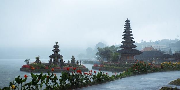 Пура улун дану братан. индуистский храм в окружении цветов на озере братан, бали.