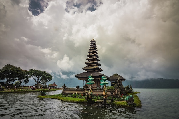 Пура улун дану братан, индуистский храм в окружении цветов на озере братан на бали.