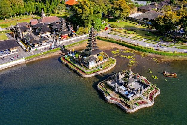 Храм пура-улун-дану-братан на бали, индонезия