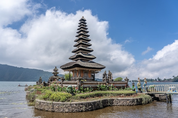 背景に白い雲があるインドネシアのプラウルンダヌブラタン寺院