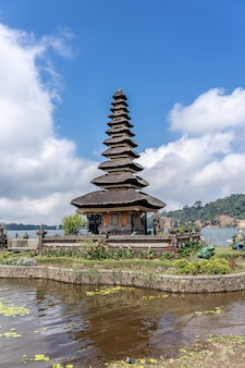 Tempio di pura ulun danu bratan in indonesia