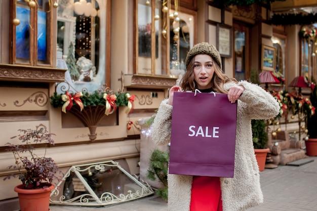 상품 및 선물 구매. 가족을위한 쇼핑. 크리스마스 판매 개념