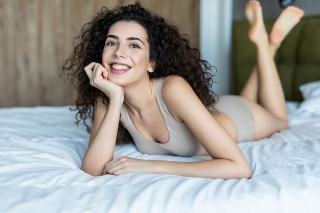 순수한 아름다움. 집에서 침대에 누워 아름 다운 젊은 여자