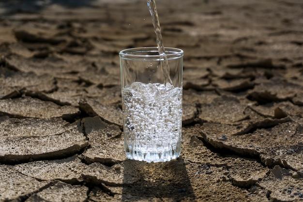 건조한 사막 한가운데 서 있는 유리 비커에 맑고 깨끗한 물을 붓는다
