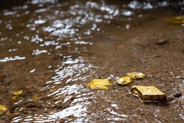 天然水源のある鉱山で見つかった純金塊の鉱石