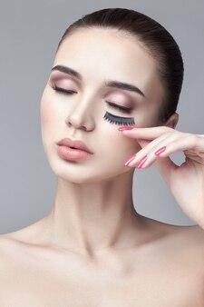 Чистая идеальная кожа и натуральный макияж, уход за кожей, натуральная косметика. длинные ресницы и большие глаза.