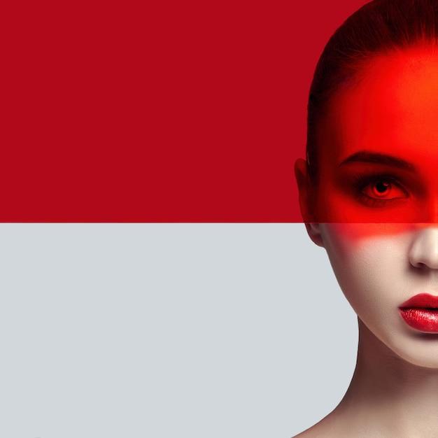 순수한 완벽한 피부와 자연스러운 메이크업, 스킨 케어, 천연 화장품, 얼굴에 붉은 필름. 긴 속눈썹과 큰 눈. 아름 다운 매력적인 누드 여자입니다. 패션 아트 사진입니다. 얼굴에 자연스러운 메이크업. 모형
