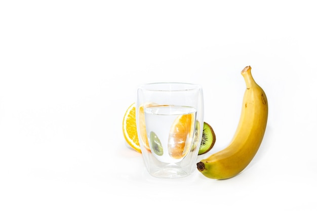 純粋な水と白い背景の上の新鮮な果物