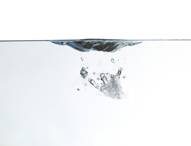 Всплеск чистой воды с пузырем