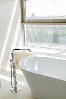 Чисто белый интерьер ванной комнаты с отдельной ванной