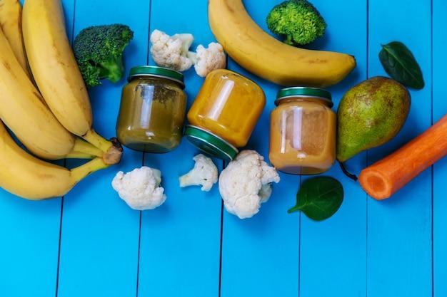 과일과 야채를 곁들인 어린이용 퓌레. 선택적 초점.음식