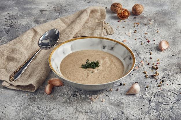Суп-пюре из грибов в миске на светлом фоне, диетическое меню