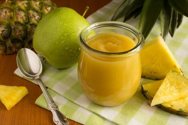 緑のナプキンにパイナップルとリンゴのピューレ