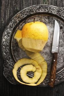 Очищенная кожица большого желтого экологического яблока