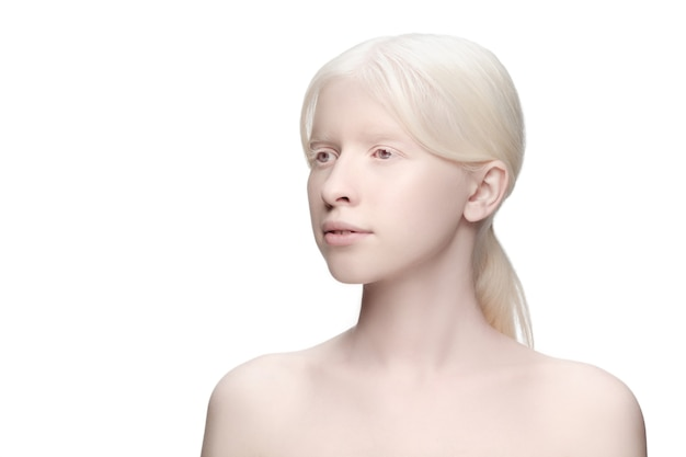 청정. 흰색 절연 아름 다운 흰둥이 여자의 초상화입니다.