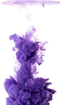 水中の紫色のアクリル絵の具