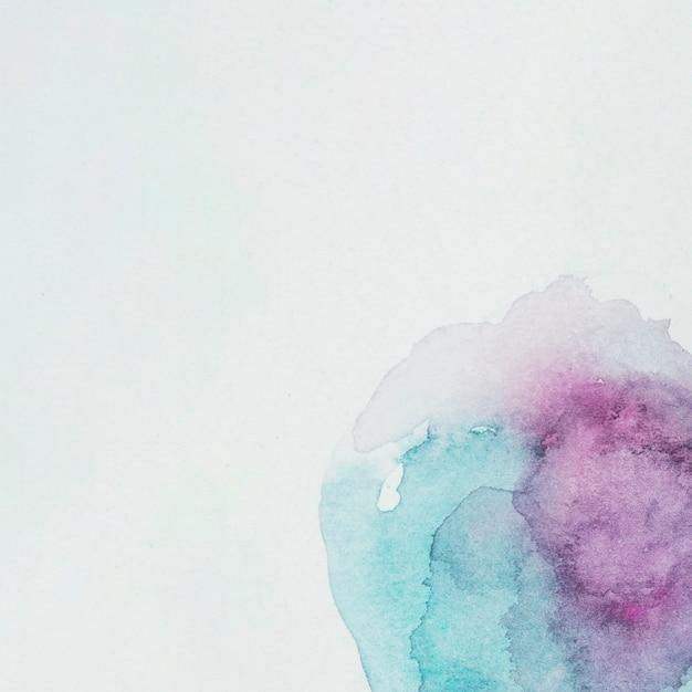 白い紙の紫と紺色の塗料