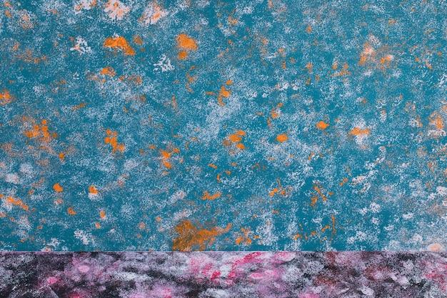 パターンが描かれた紫と青のベースの表面
