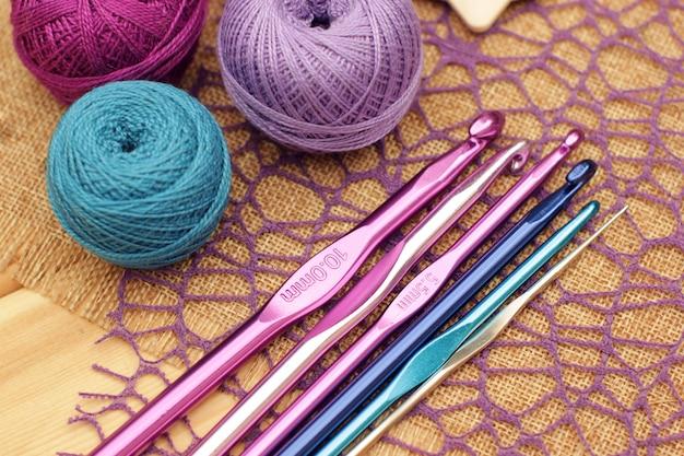 Фиолетовая и синяя пряжа и крючок для вязания крючком.