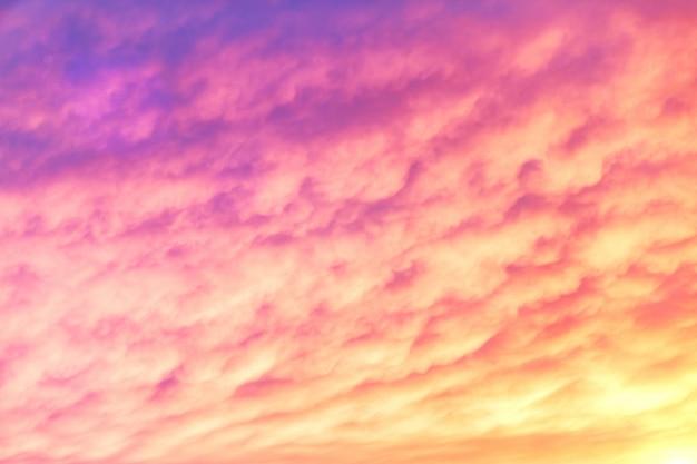 紫とオレンジ色の夕焼け空。暗い雲の美しい空。