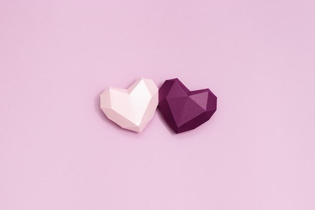 보라색과 분홍색 다각형 종이 마음 함께