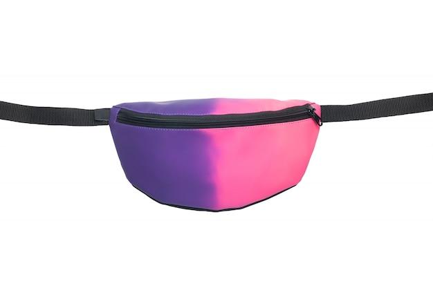 白い背景に分離された紫とピンクのウエストバッグ。