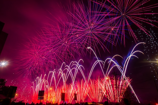 Фиолетовый и красный праздничный фейерверк. международный фестиваль фейерверков rostec