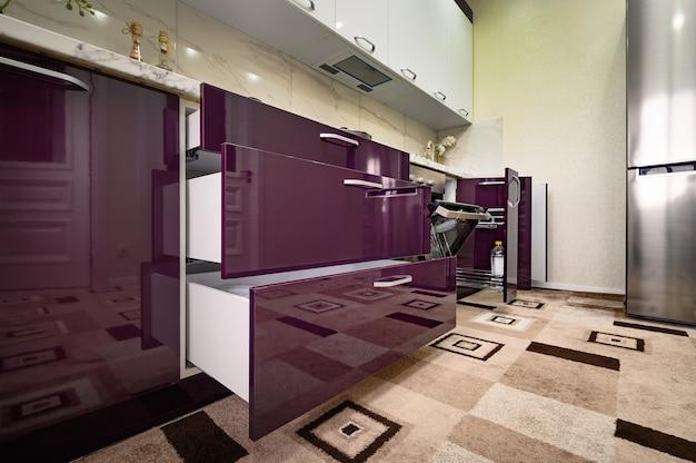 Фиолетовая и белая современная кухонная мебель, вид спереди