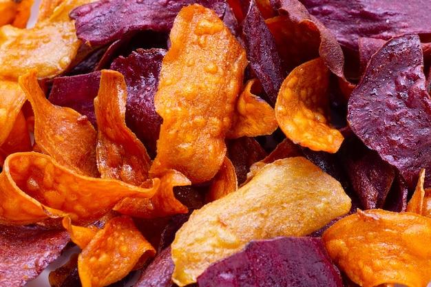 紫と黄色のサツマイモチップス