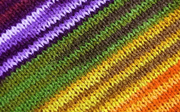 抽象的な背景のための紫と黄色のトーンの縞模様のアルパカニットウール生地のテクスチャ