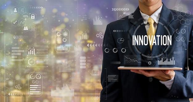 ボケ味の抽象的な背景をマーケティングするタブレットコンピュータービジネスを保持している紫色の背景の実業家。