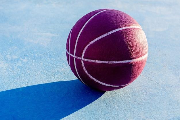 놀이터에서 보라색 농구