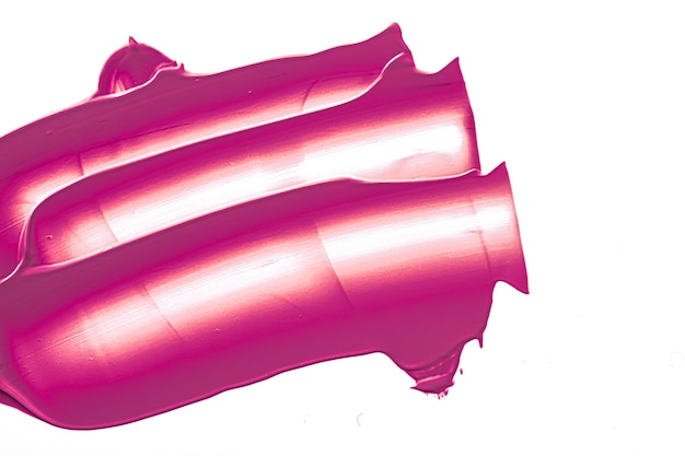 Фиолетовая косметическая текстура красоты, изолированные на белом фоне, размазанный макияж, эмульсионный крем, мазок или ф ...