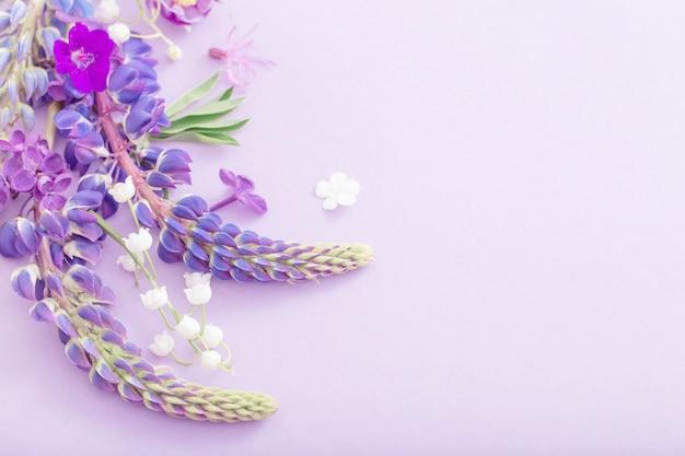 종이 바탕에 보라색, 파란색, 분홍색 꽃