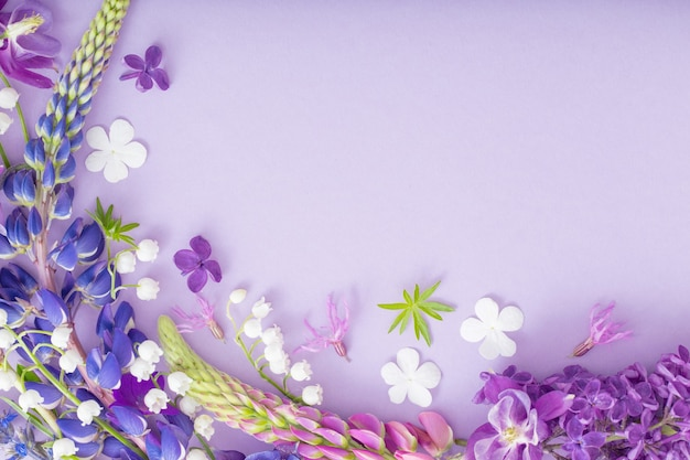 종이 벽에 보라색, 파란색, 분홍색 꽃