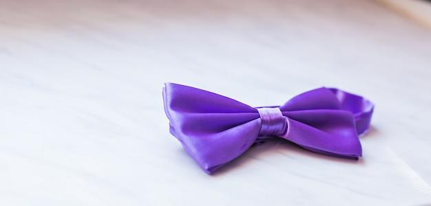보라색 나비 넥타이. 신랑을 위한 웨딩 액세서리