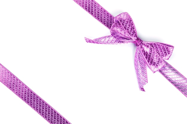 Фиолетовый бант, перевязанный шелковой лентой, изолированной на белой поверхности