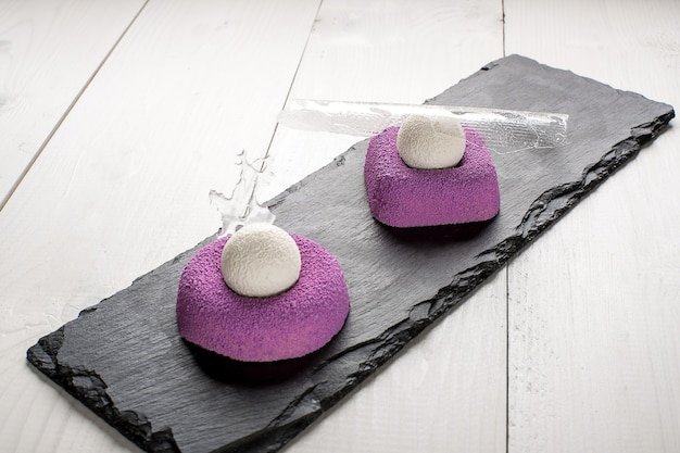 紫のブラウニーとアイスクリームの甘いデザートと氷