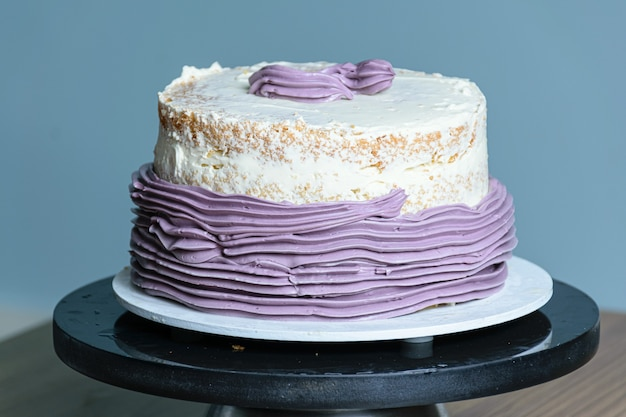 턴테이블에 올려진 보라색 버터크림 케이크.