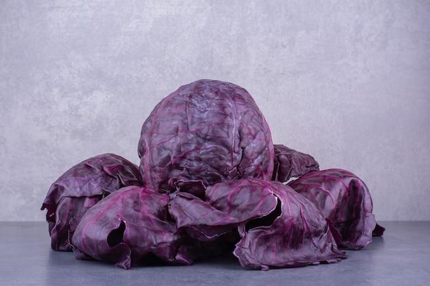 青い表面にタコ風の紫キャベツ